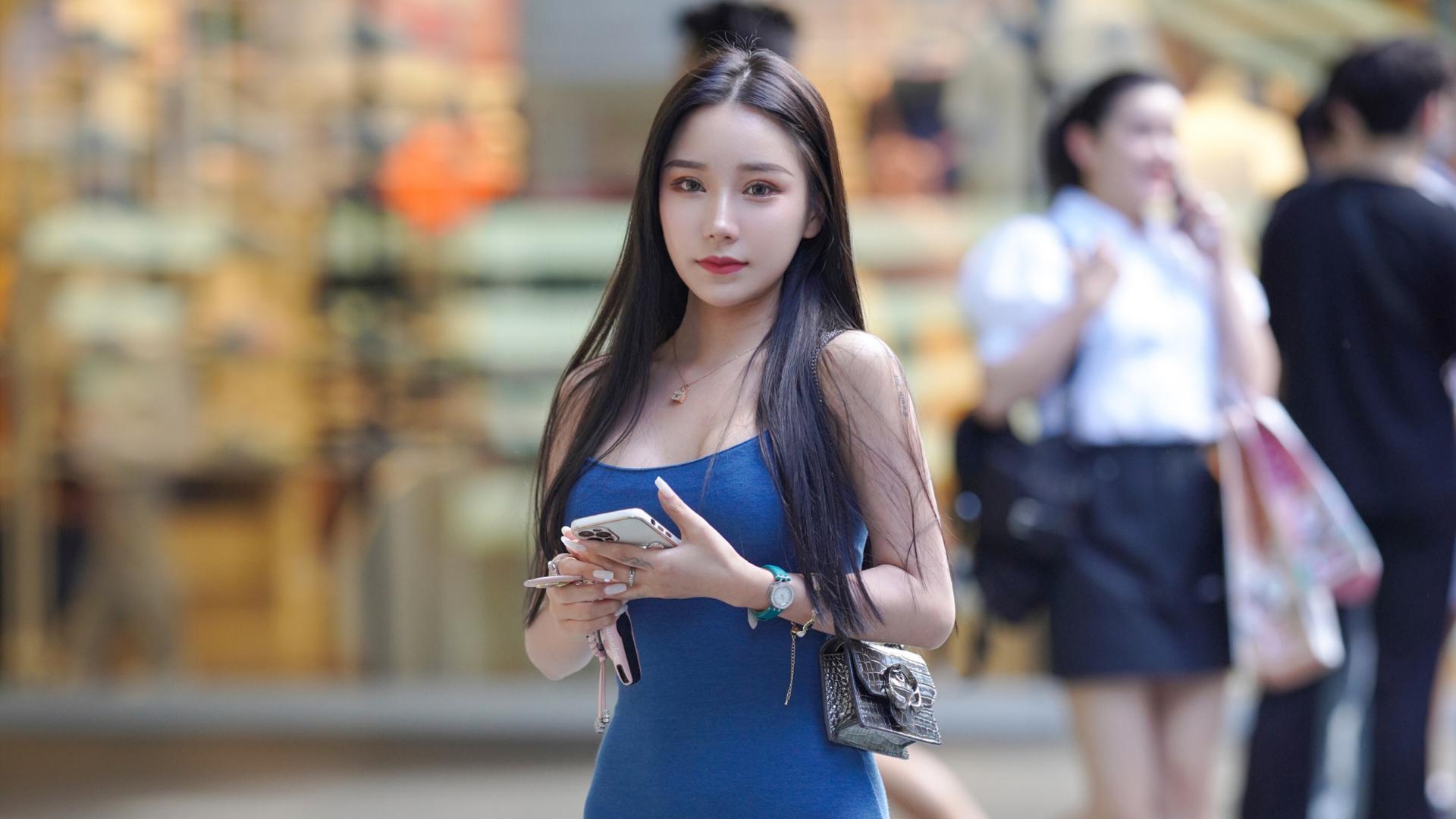 穿吊带开叉长裙的年轻姑娘,虽然少了几分韵味,但曼妙身材真迷人