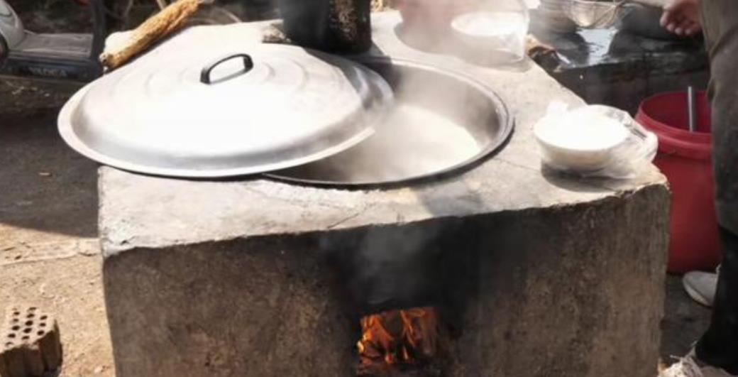沂水大姐大集上卖水饺,8元管饱,自制土灶烧柴火饺子皮黑但好吃