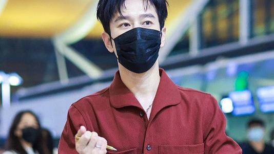 """黄晓明瘦身成功变型男,身穿暗红色套装真酷,不再是""""油腻霸总"""""""