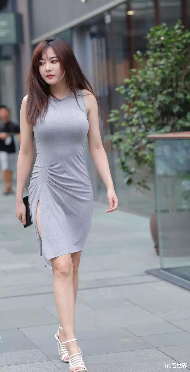 简单的连衣裙怎么才能穿得出彩,看看小姐姐的打扮就知道了