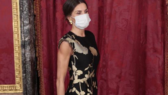 48岁西班牙王后穿小黑裙,显健美身姿,66岁韩国第一夫人更优雅