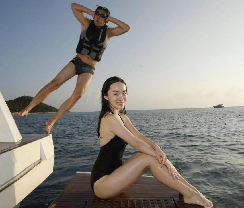 霍思燕晒三角泳装照!一双大长腿又白又细,紧身衣勒不出一丝赘肉