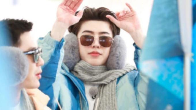 蔡徐坤夏天在三亚穿羽绒服,上下身两季节,快来看帅哥的迷惑穿搭