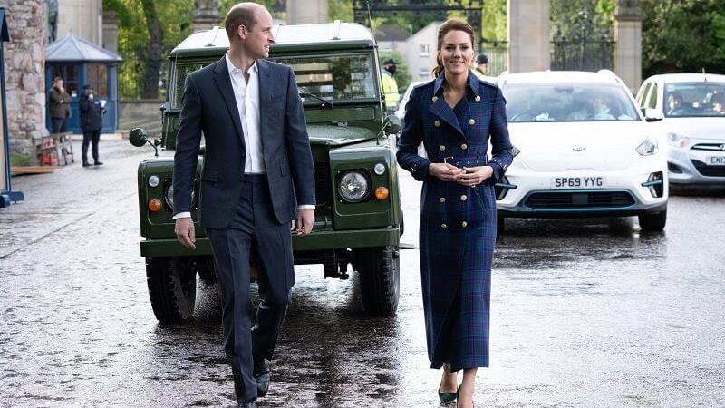 威廉夫妇公开致敬菲利普亲王!凯特穿蓝大衣贼美,扎马尾年轻十岁