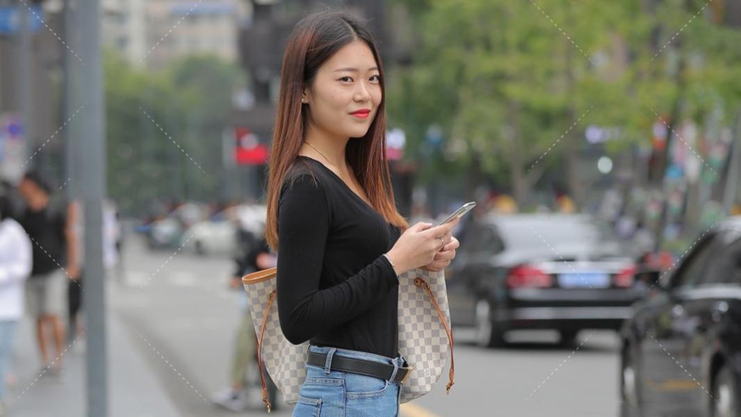 美女黑色上衣+牛仔裤穿搭,显瘦显身材,出街展示别样气质!