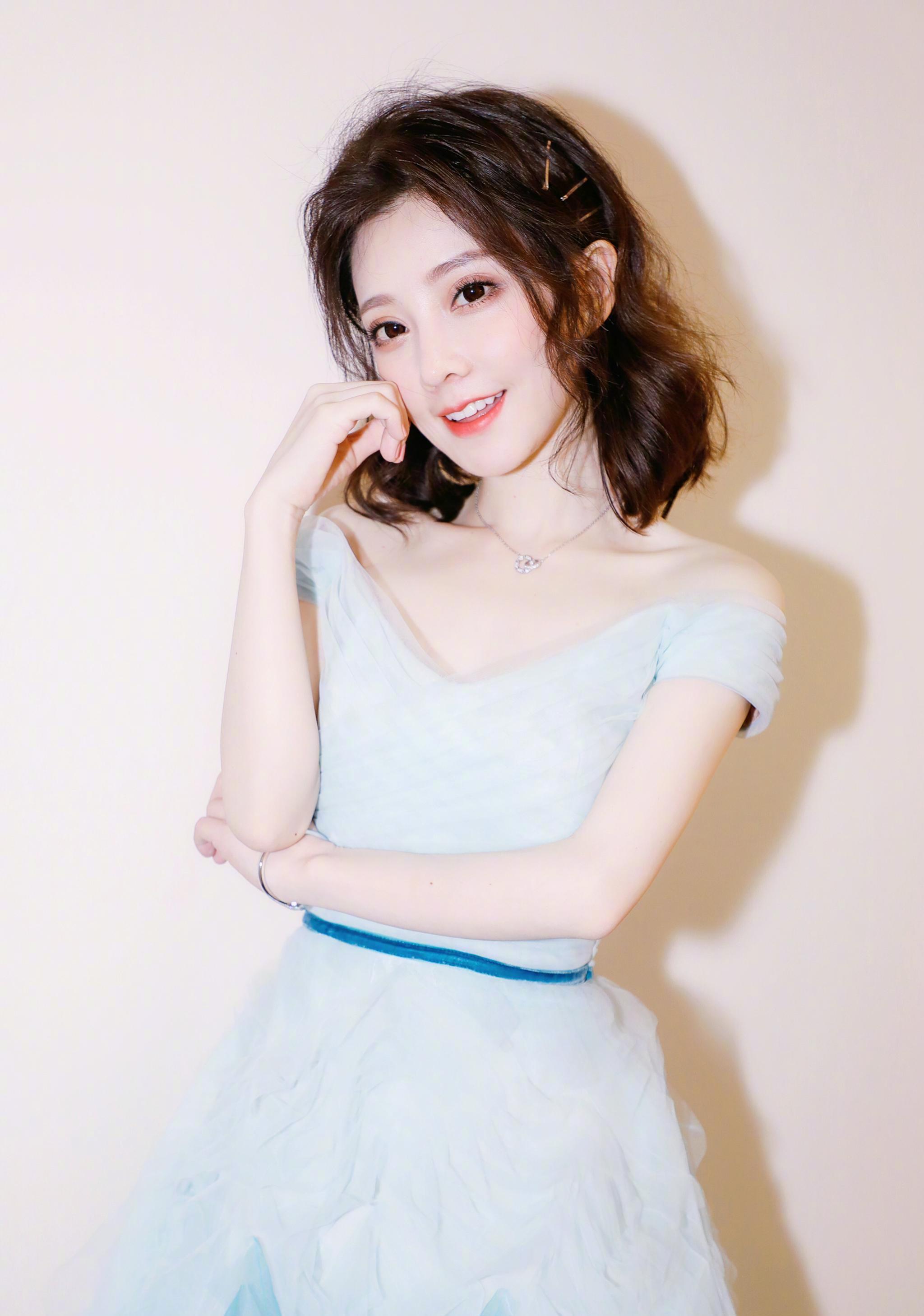 冯提莫灯火里的中国,红色旗袍好美,又又又上热搜了!(冯提莫旗袍现场)