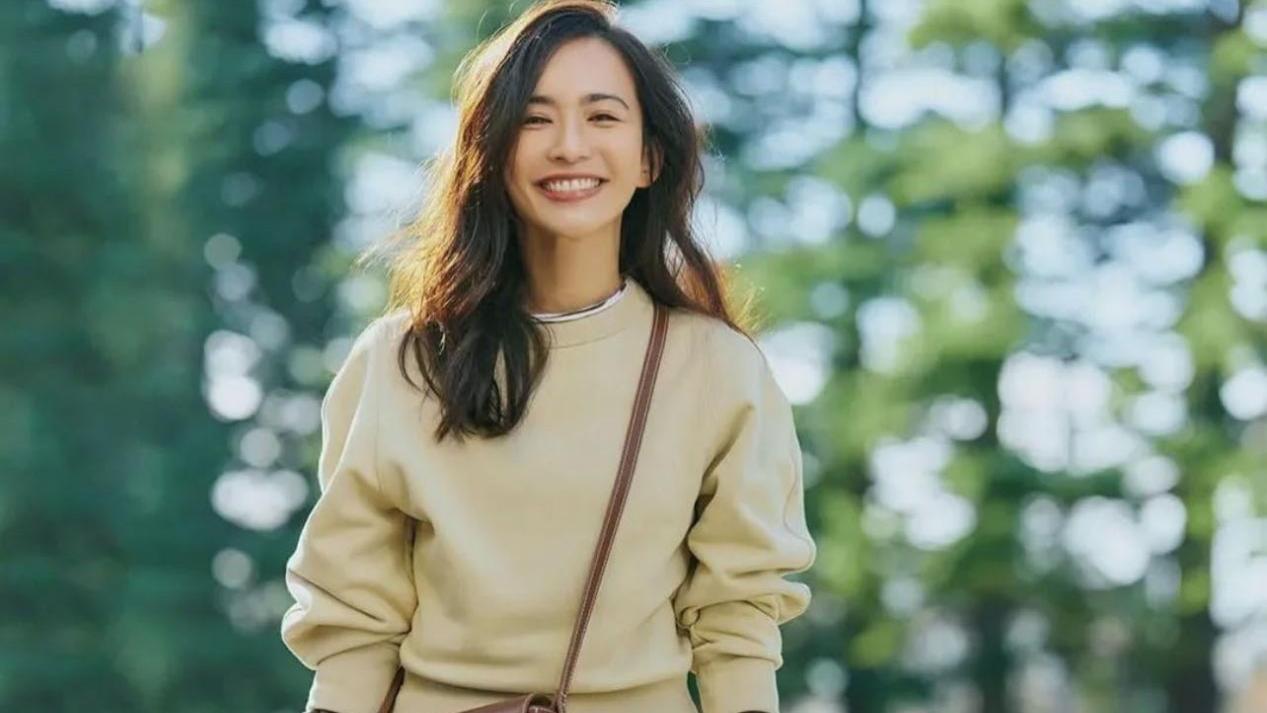 穿卫衣配什么下装?看日本模特的卫衣示范,穿裙子和裤子差别大