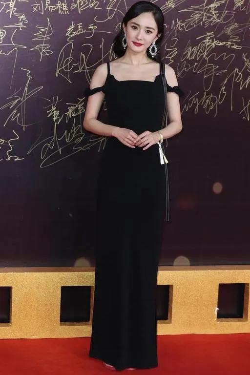 黑色连衣裙很显瘦,美美的,特适合夏天,看杨幂穿黑色衣服好看吧