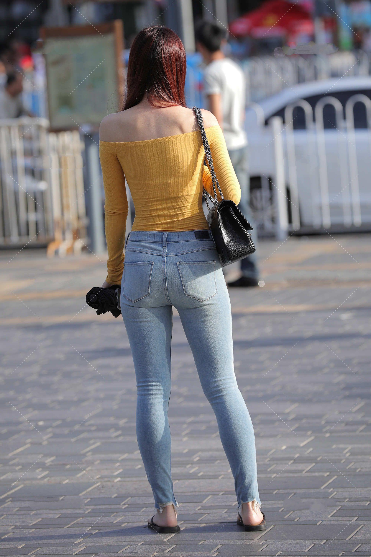 黄色一字肩上衣的加入,让平平无奇的休闲穿搭,充满了元气青春感