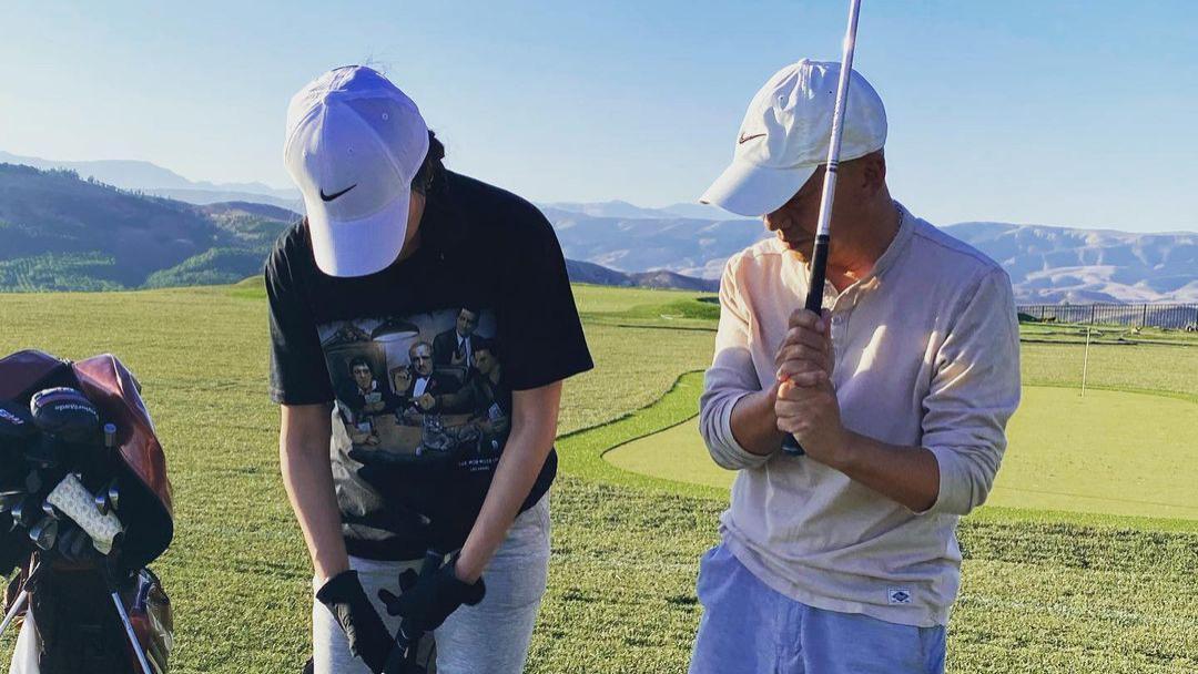 徐静蕾罕见露面,穿T恤运动裤打高尔夫,47岁扎小啾啾马尾变萌妹