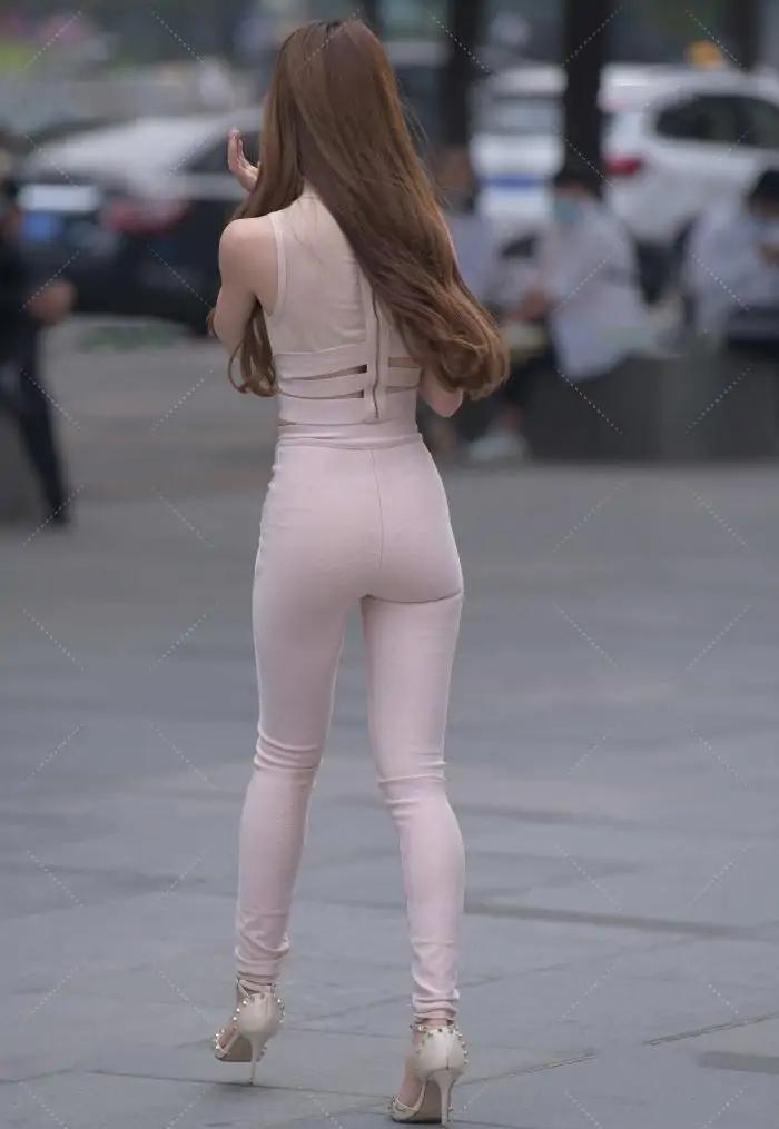 粉色半高领上衣搭配同色系裤子