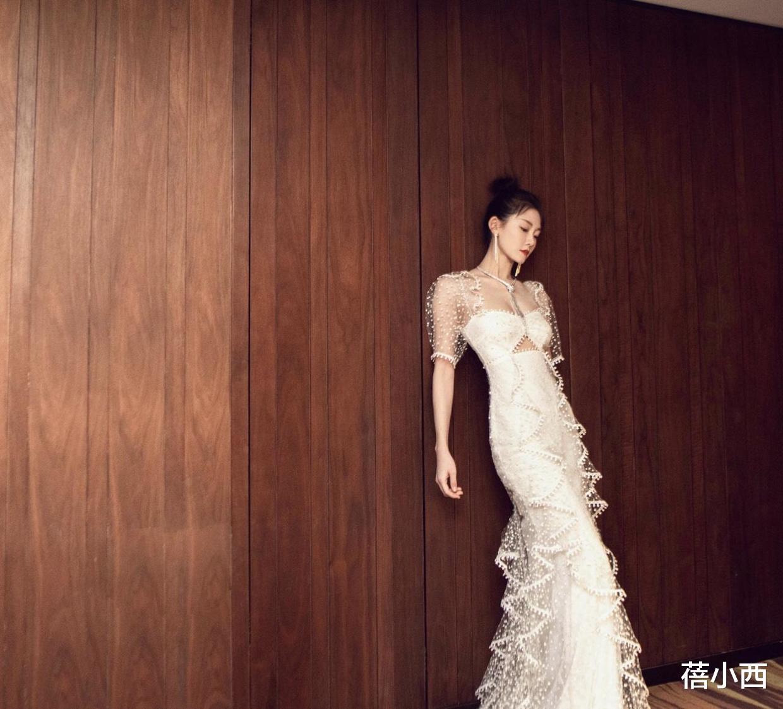 怪不得郑恺会选苗苗当老婆,穿亮片连衣裙高级优雅,我给100个赞