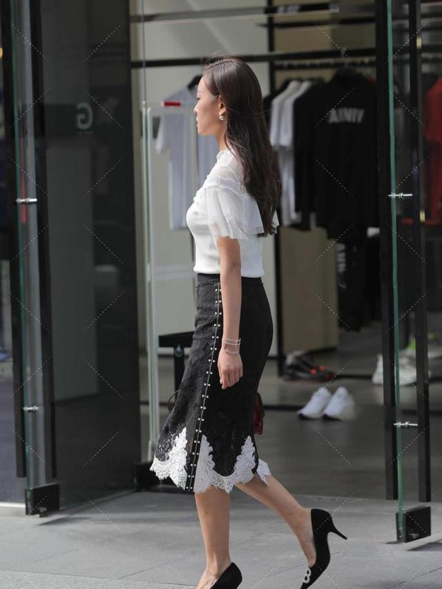 白纱上衣,搭配黑色花边裙,大气庄重,时尚又有范