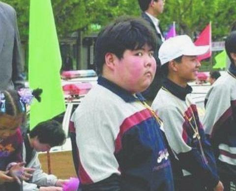 """17年前,因一张照片爆火的""""网红小胖"""",如今跟经纪人结婚大变样"""