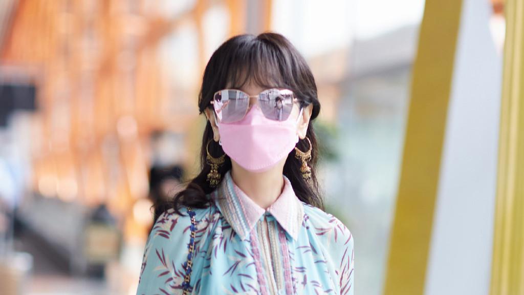 赵雅芝的穿搭才是奶奶辈该有的时髦,印花连衣裙绑腰带,气质高贵