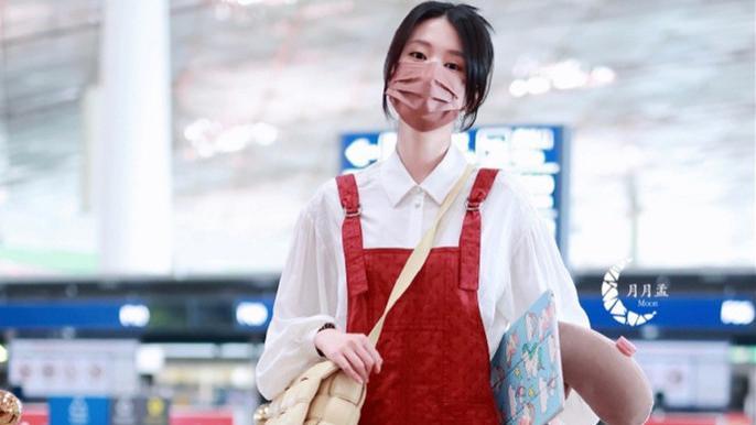 乔欣穿背带裤赶飞机,斜背着包包很俏皮,这样的乖乖女风很适合她
