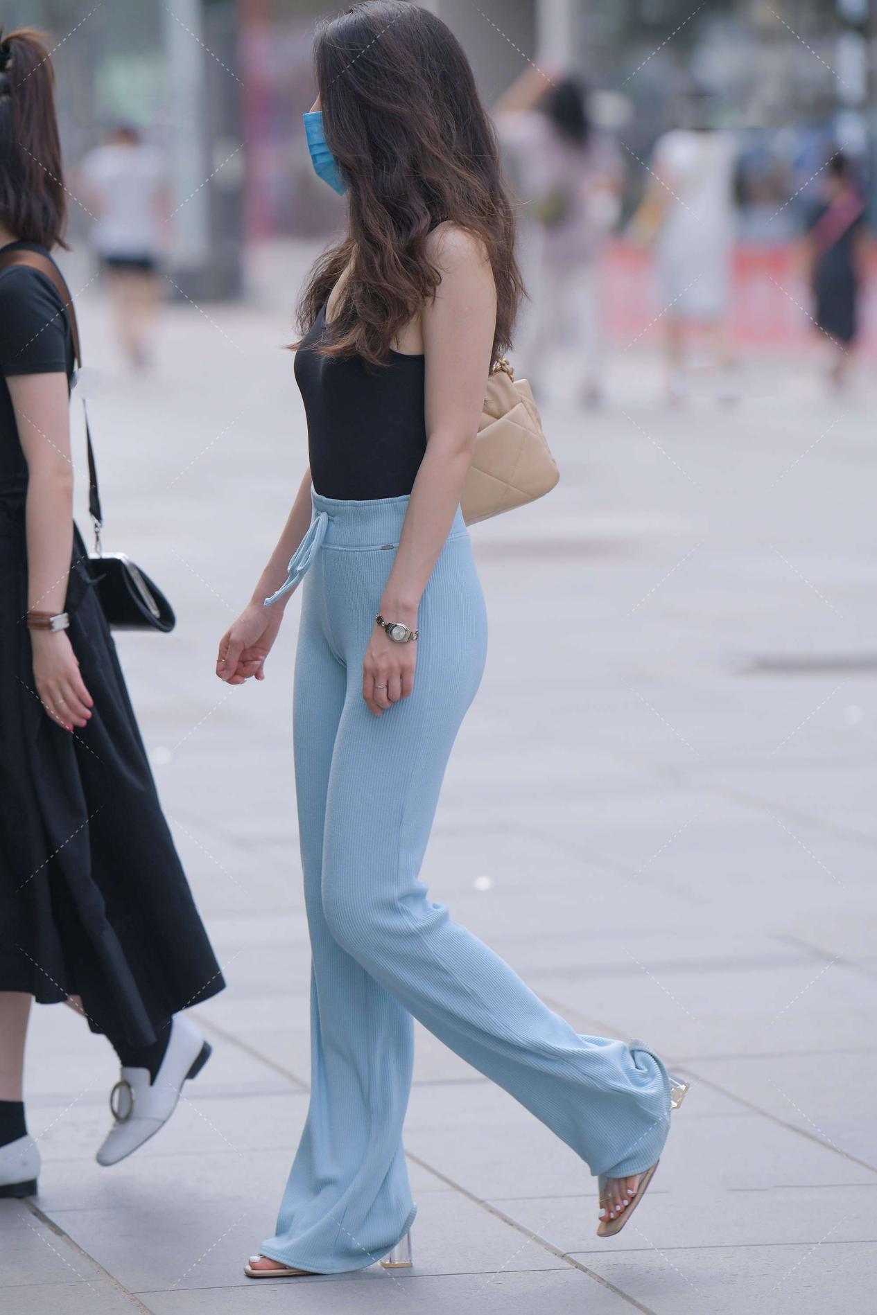 丝绒阔腿裤,色泽丰富质感高级,随便一搭就能彰显独特时尚感