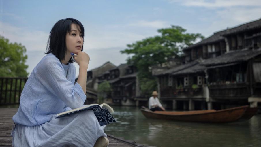 刘若英穿棉麻衣裙游乌镇,奶茶风穿搭随性自然提气质,好适合熟女