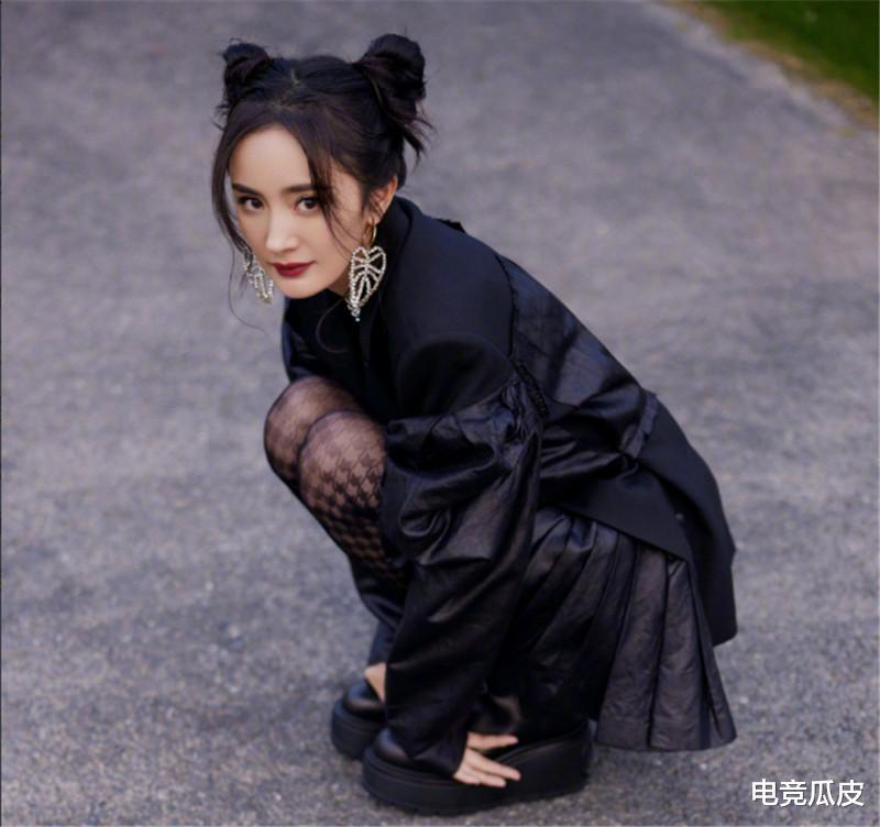 电竞少女杨幂真会穿,学00后JK装小黑袜,美出圈都不忘打王者荣耀