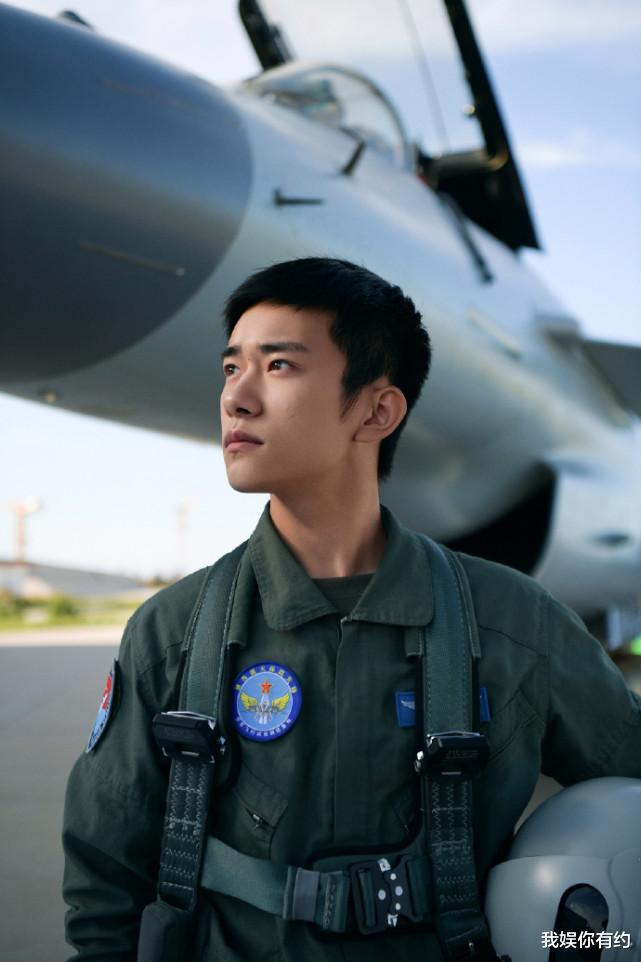 """易烊千玺""""飞行员""""造型超酷,短发搭配干练气质,画风太man了!"""
