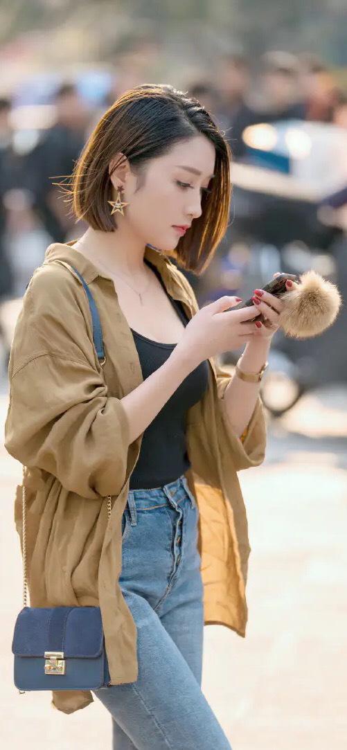 卡其色衬衣搭牛仔裤,潇洒帅气又好看,时尚清新显气质