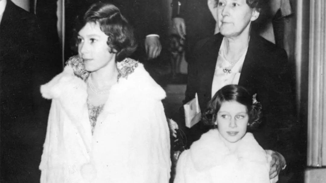 95岁英女王从13岁开始穿白色皮草,抗冻又时尚,精致优雅了一辈子