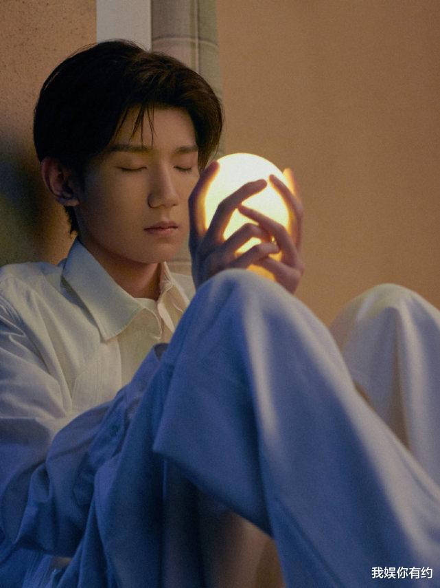 王源新专辑花絮照公然,变身白衬衫清新少年,画风温暖养眼!_日本娱乐新闻