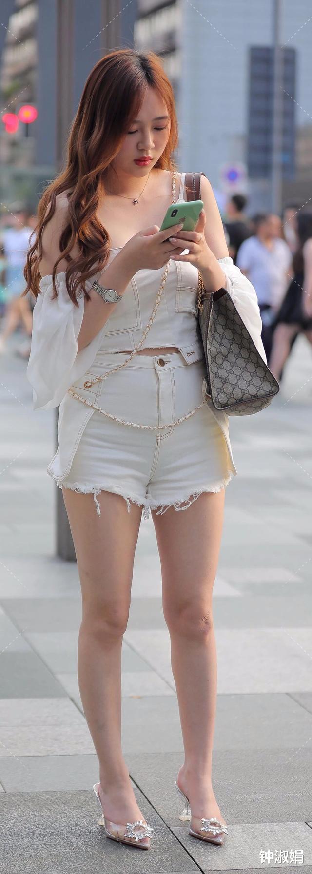 小姐姐一袭牛仔风穿搭,传递着与众不同的美感和气质,时髦又漂亮