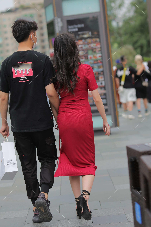 红色连衣裙高贵有气质,独特的版型设计,凸显出优雅的高级感