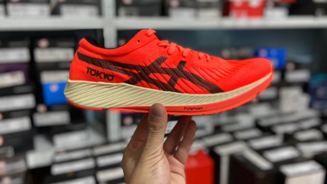 牛气冲天红ASICS高科技产品碳纤维板加持超轻鞋款