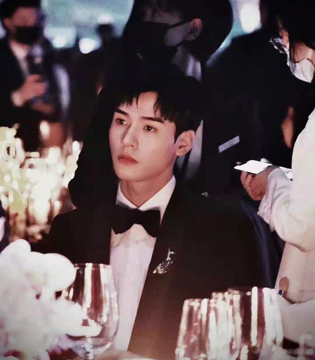 这是谁家小王子?龚俊参加蒂芙尼晚宴,禁欲黑西装太帅了