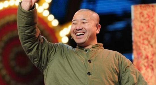 """王小利在春晚上的""""黑色6秒钟""""你发现了吗?"""