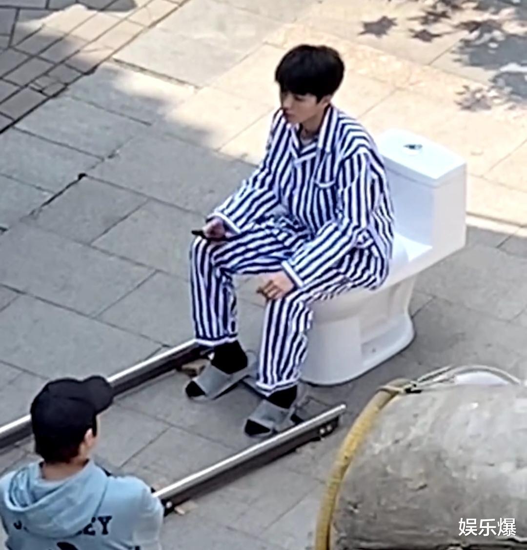王俊凯新剧路透曝光,比起穿病号服,更令人惊讶的是坐在马桶上