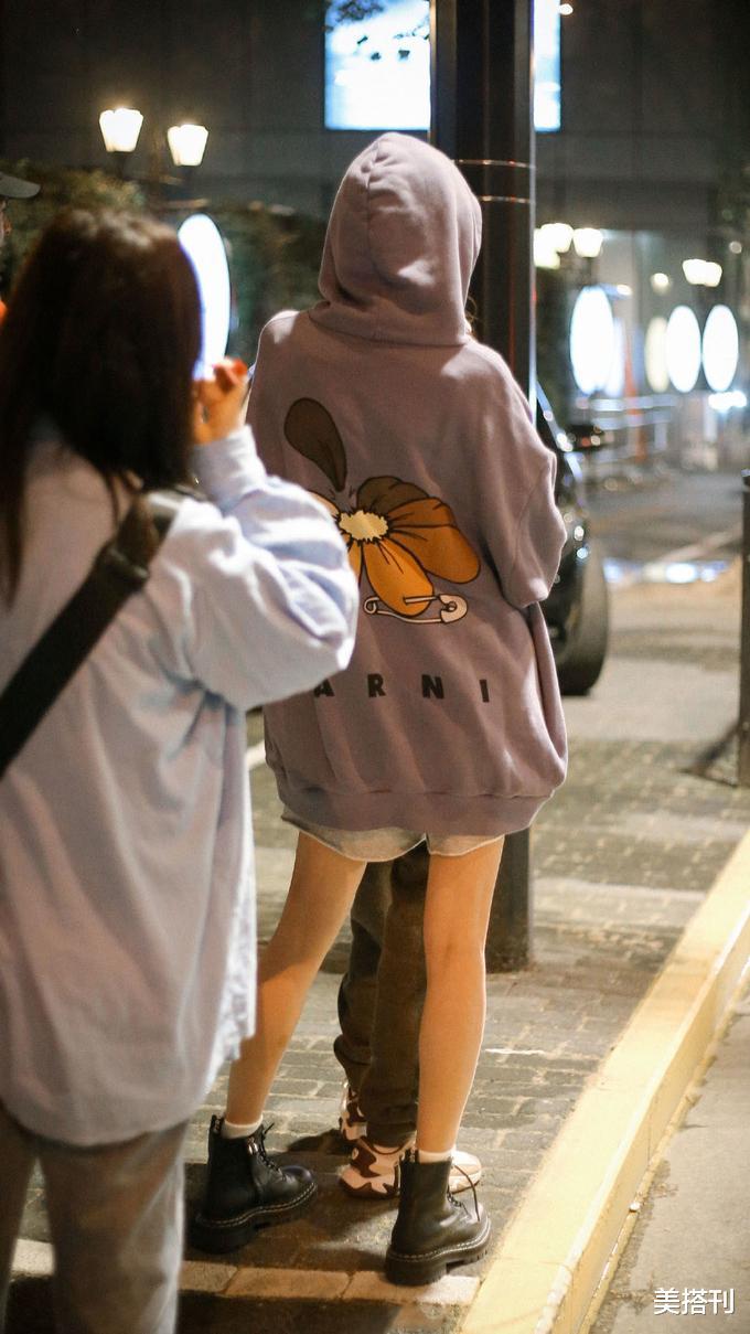 杨幂街头私服,紫色帽衫搭配运动短裤马丁靴,时髦舒适帅气随性
