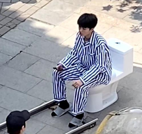 王俊凯被导演戏弄,当众展示如何坐马桶,网友:会成黑历史?