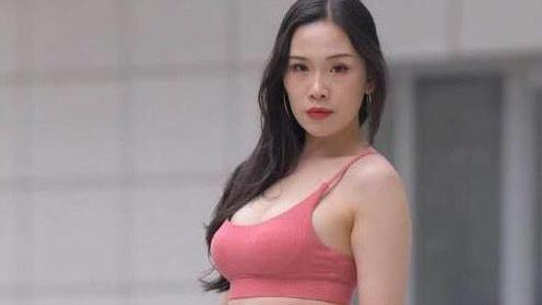 果粉色运动背心搭配黑色七分裤,简单又大方,堪称运动女神!