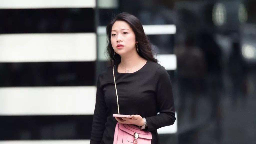 气质女孩的秋日穿搭,简单的黑色连衣裙搭配高跟鞋,优雅时尚有范