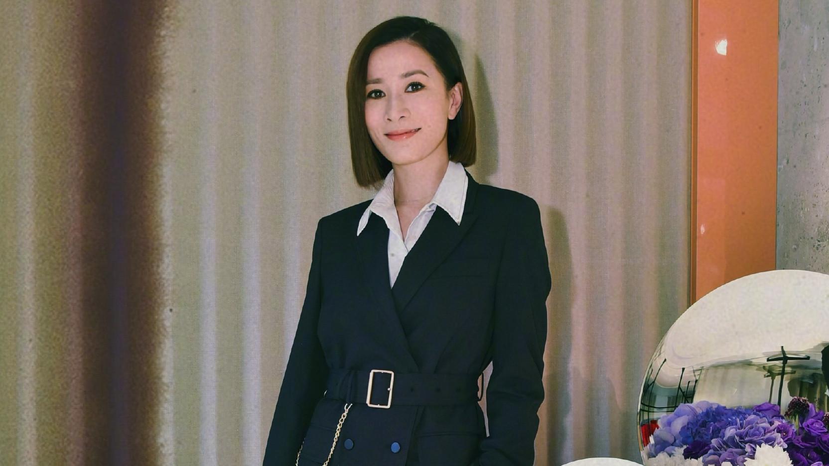 佘诗曼终于换风格!黑色西装搭配短发尽显干练,霸气女总裁好帅气