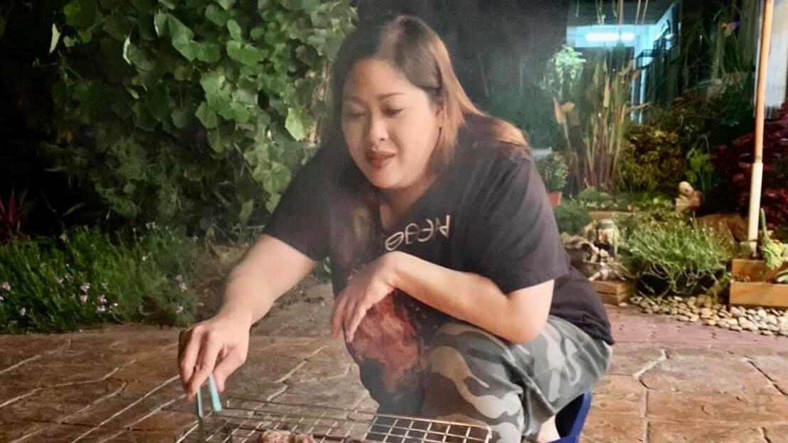 泰国38岁胖公主养尊处优!黑衣+迷彩裤真飒,腰间的游泳圈贼明显