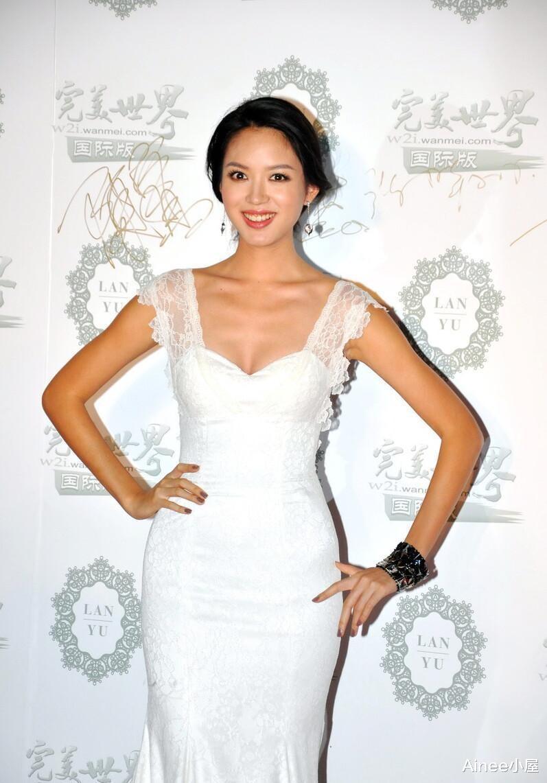 张梓琳自带贵妇气质,白色长裙外面裹一层蕾丝,模特身体展露无遗_新闻与娱乐