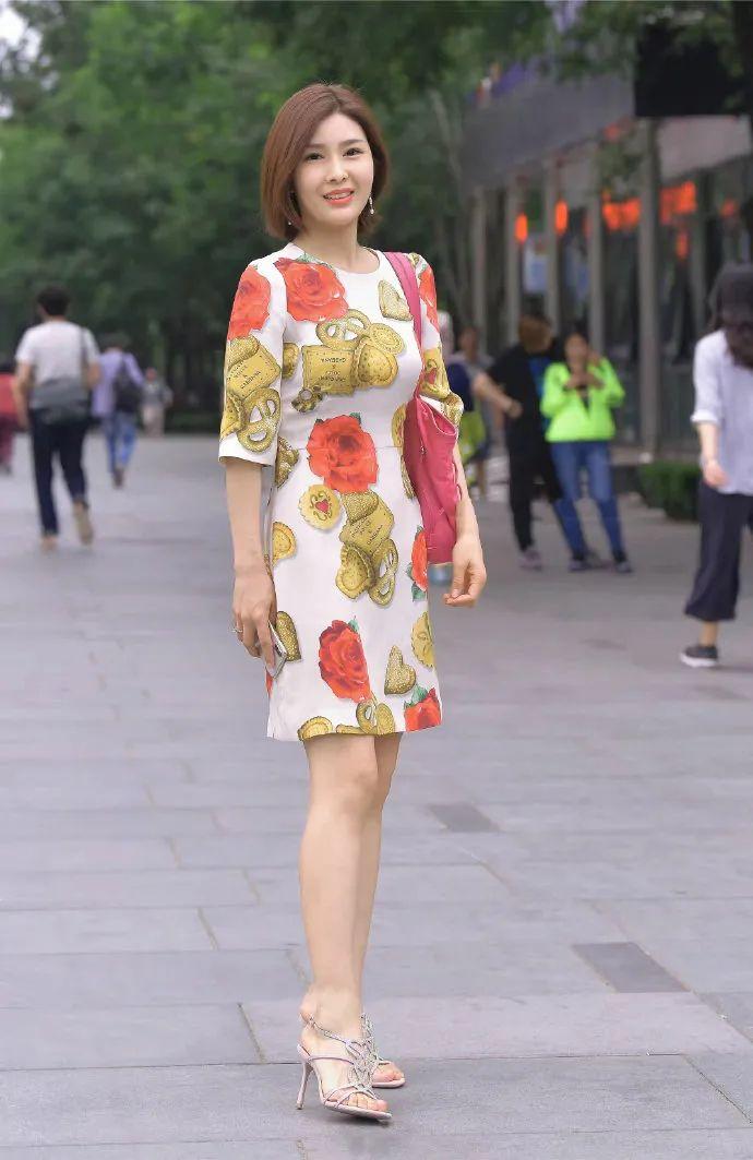 街拍:穿花裙的时髦女生,披发出成熟女人的魅力