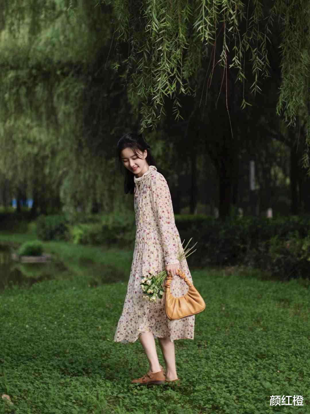 """秋日如许穿""""碎花裙""""高等又洋气,清爽减龄又温顺,让你"""