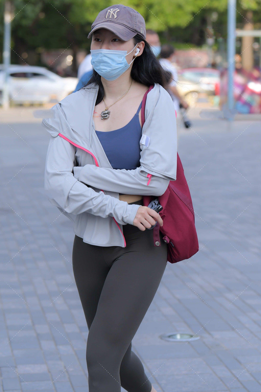 蓝灰色动感套装,朴素又高级,同时修身版型显瘦又好看
