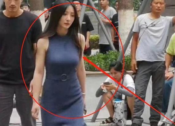 40岁柳岩被路人抓拍,真实身材惹争议,网友:这还是曾经的女神吗