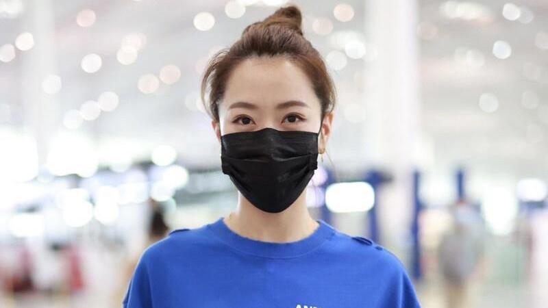 """白冰真是""""妈系女神""""代表,穿蓝T恤配打底裤超减龄,不像80后"""