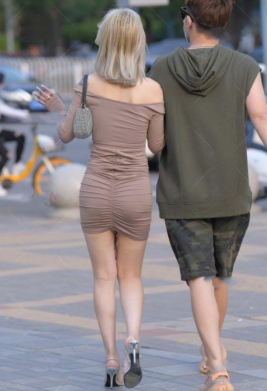 美女一字肩连衣裙穿搭,非常的端庄优雅,回头率超高