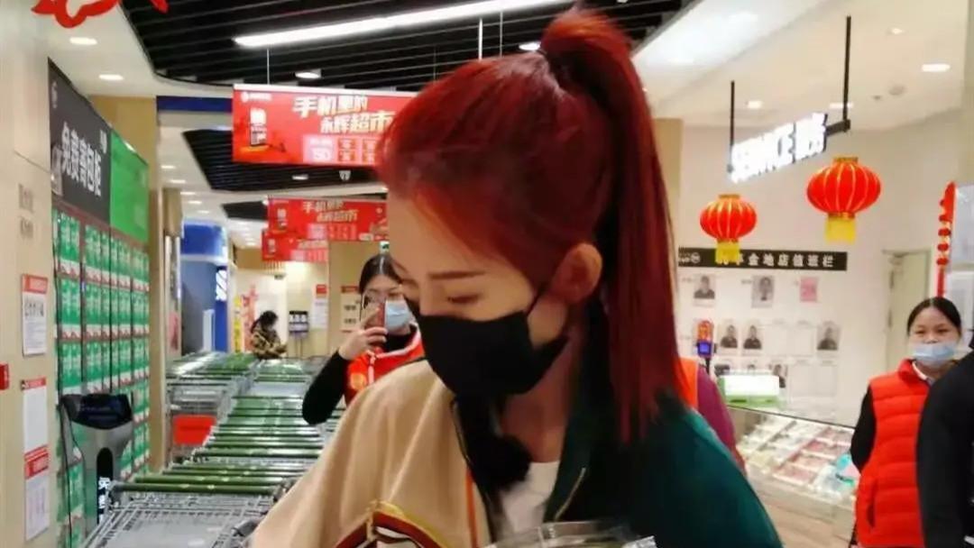 蔡少芬携男伴逛超市被偶遇,穿运动装抱拖把忙扫货,48岁大胆染红发太惹眼