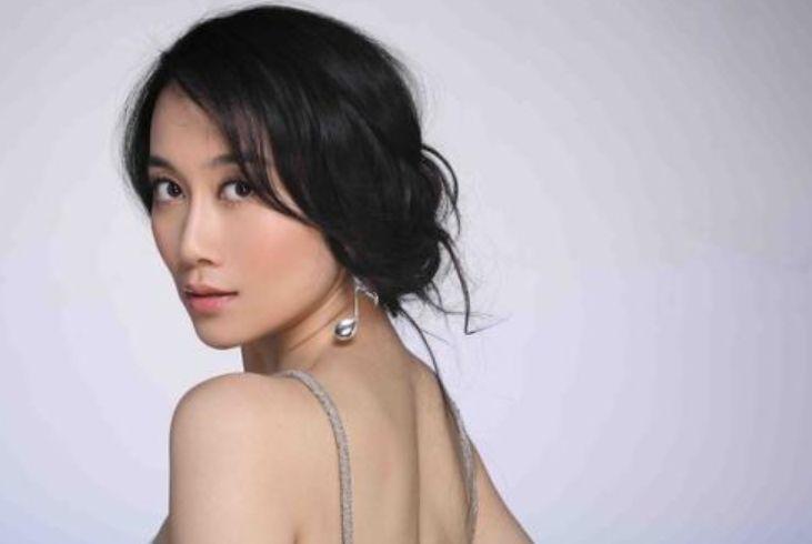 她出道20年不温不火,被网友封烂片女王,如今42岁依旧单身