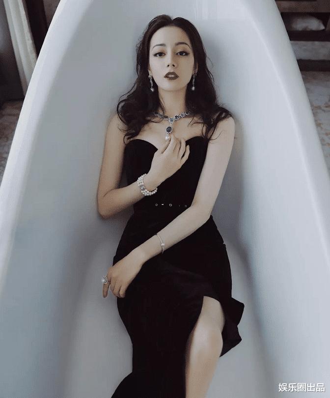 """娱乐新闻台_迪丽热巴在淋浴房拍大片,诠释""""纯与欲"""",网友的评价只有三个字"""