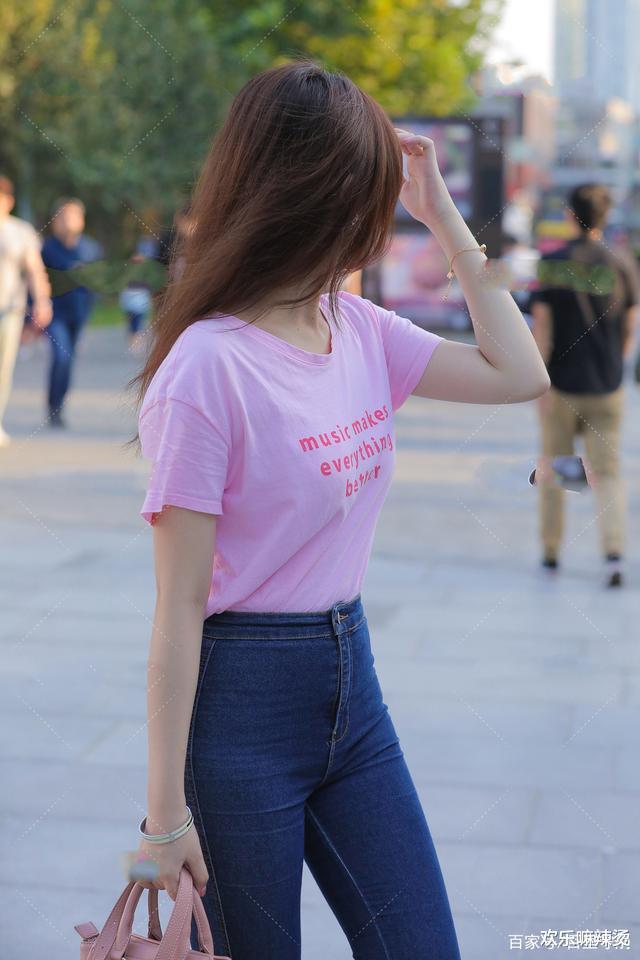 粉色圆领T恤搭配一款粉色手提包,可爱又迷人